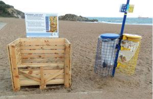 un bac à déchets en bois, pour récupérer les déchets de plage sur la plage de Monsiseur Hulot à Saint Nazaire, Loire-Atlantique