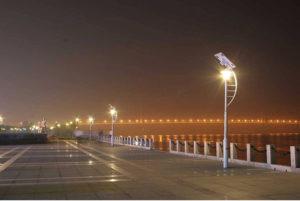Eclairage public performant : lampadaires équipés de panneaux solaires en bord de mer