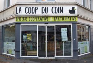 Devanture d'une épicerie coopérative à Saint-Nazaire (Loire-Atlantique, département 44), la coop du coin. Vitrine, enseigne avec un canard