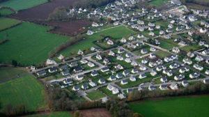 urbanisme pavillonnaire, vue aérienne, zone pavillonnaire s'avançant dans la campagne et déconnectée du centre ville