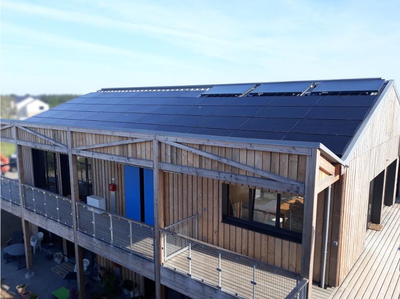 Premier habitat participatif de la Loire-Atlantique (44) à recevoir une centrale solaire coopérative : vue d'une des toitures des P'tits Ensemble(s)