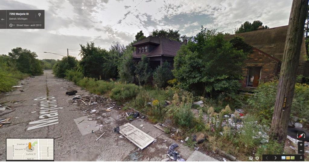 Vue google map d'une rue en ruine, maisons dans une friche, détritus. Ces quartiers désertés laissent de nombreux espaces libres propre à l'agriculture urbaine