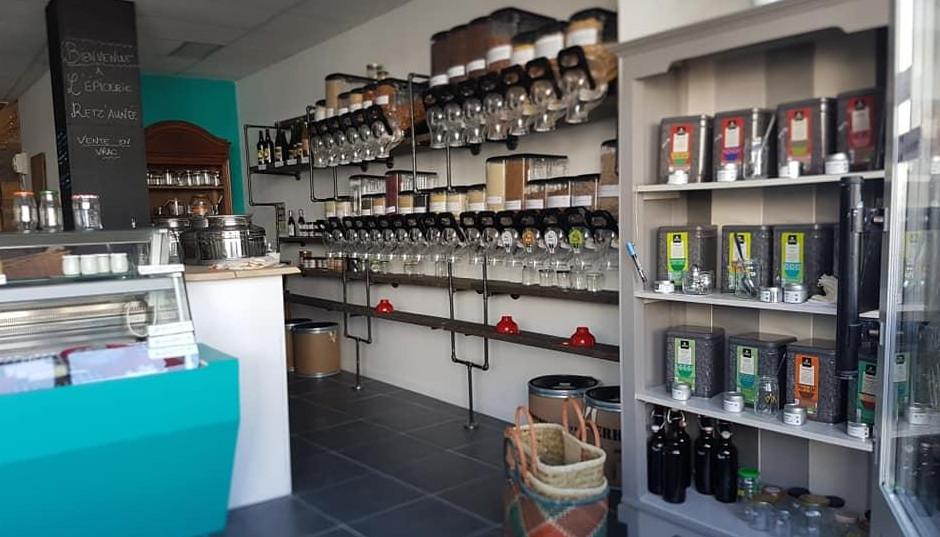 Vue intérieure de l'épicerie, nombreux distributeurs de produits (huile, graines ...) pour la vente en vrac, exemple parlant de l'économie circulaire
