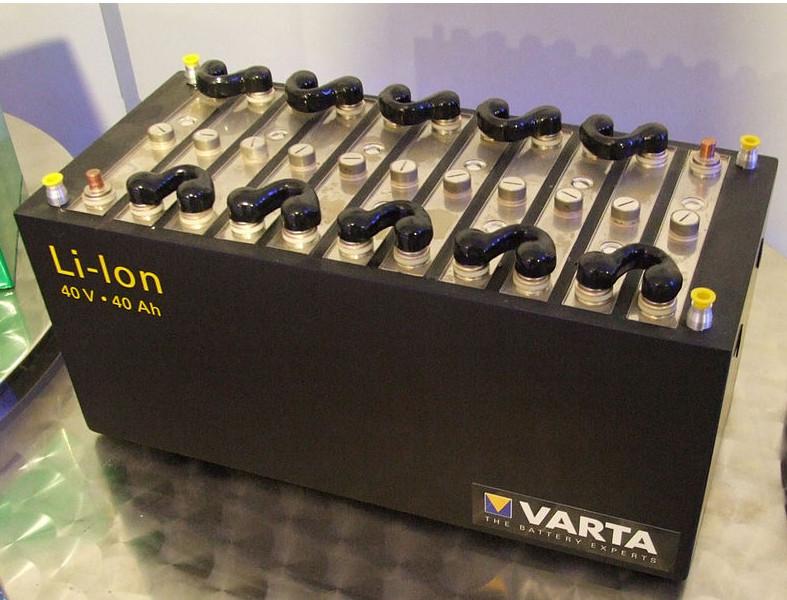 Photo d'une batterie électrique lithium-ion, composée de différentes cellules et câbles pour les relier en série