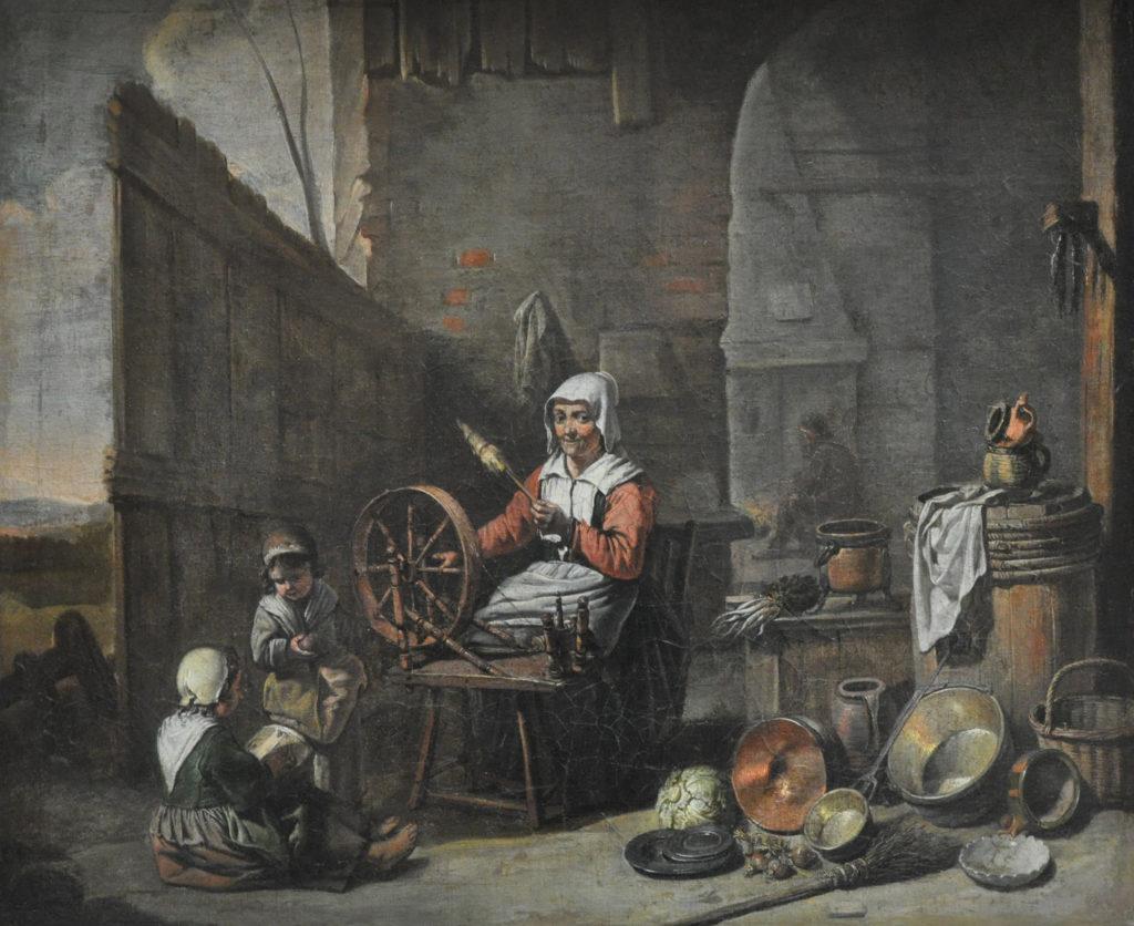 La filière laine au  XVIIe siècle : une paysanne tisse sur un rouet, enfants à ses côtés, palissade en bois, mur en pierres dans le fond, ustensiles de cuisines posés par terre