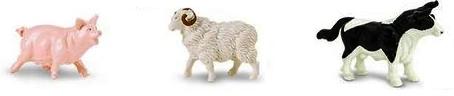 Figurines des animaux de la ferme en plastique : un cochon rose, un mouton blanc à cornes enroulées, une vache noire et blanche